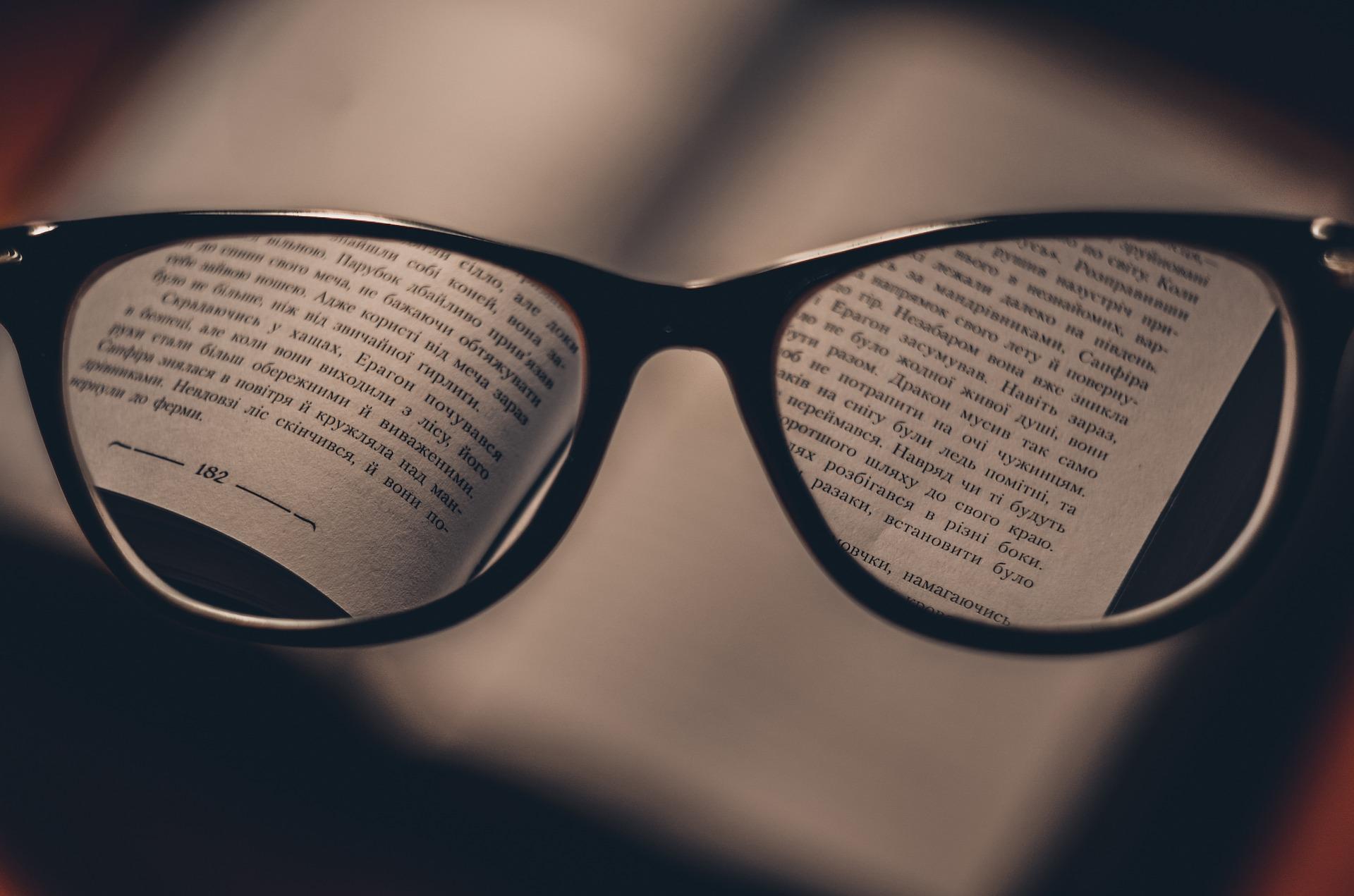 眼鏡を変えたら視界がぼやけたりする原因はレンズの問題だった