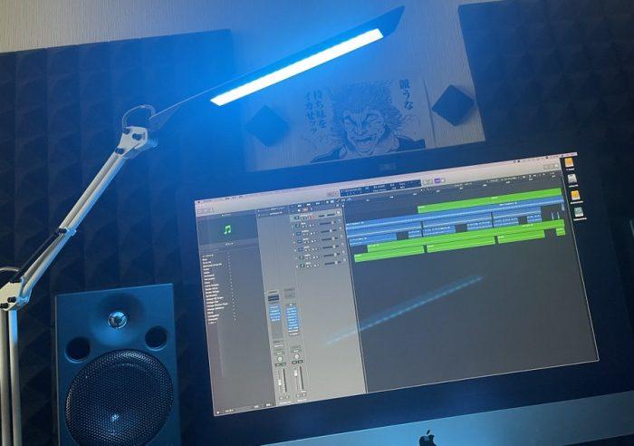 【DIY】デスクライトの明かりの色をカラーフィルムで青に変えてみた